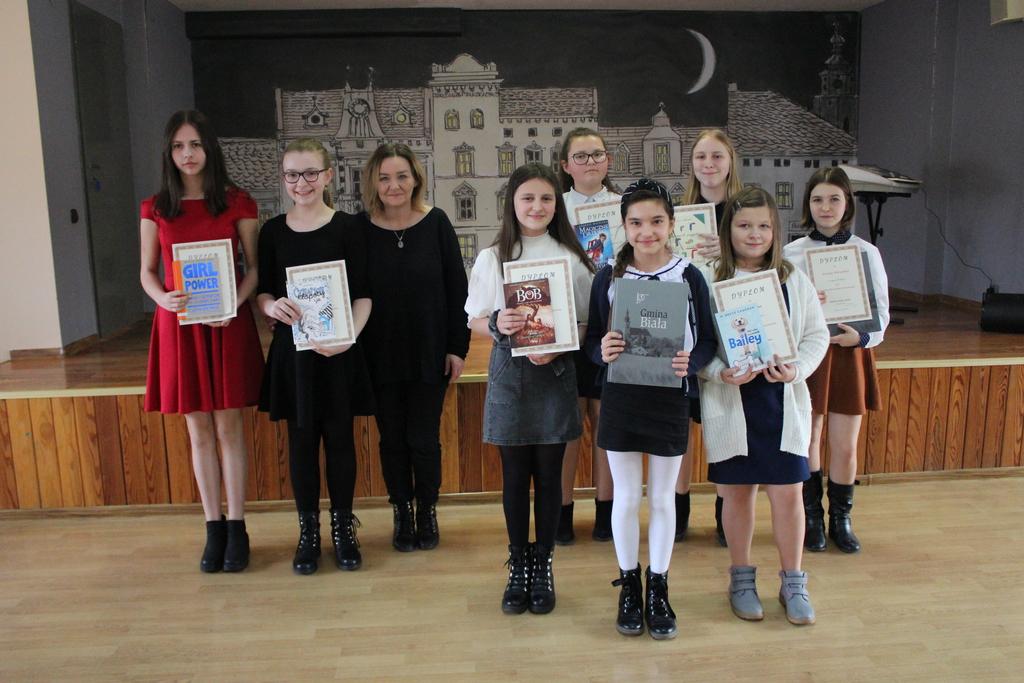 Laureaci konkursu w kategorii klas 4-6 wraz z opiekunami