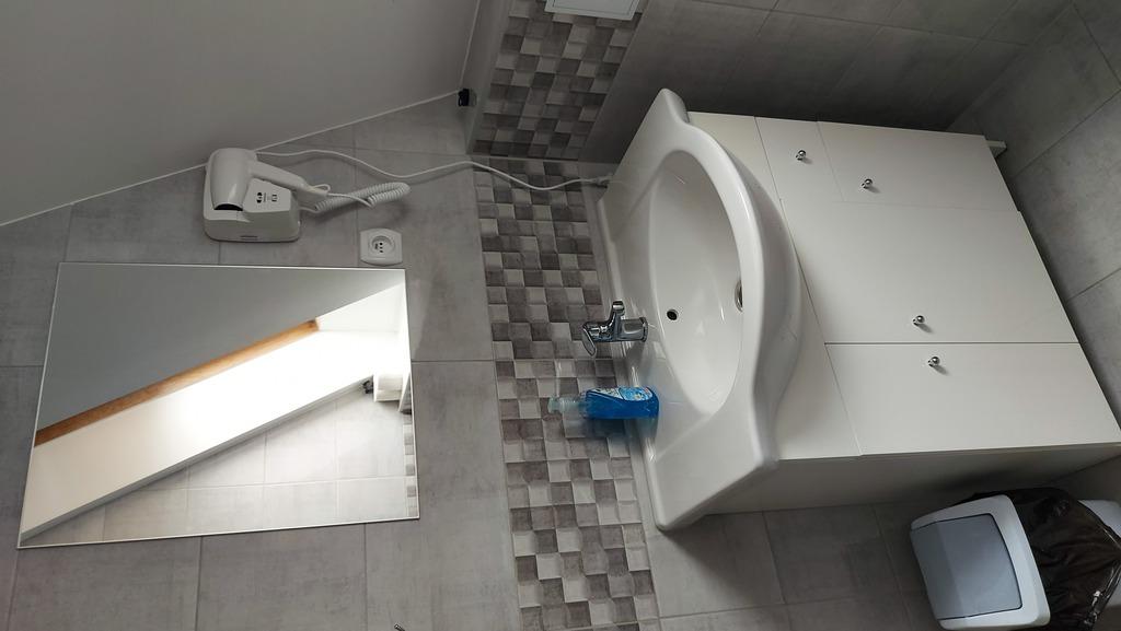 Zdjęcie przedstawia wnętrze łazienki pokoju noclegowego w Gminnym Centrum Kultury w Białej