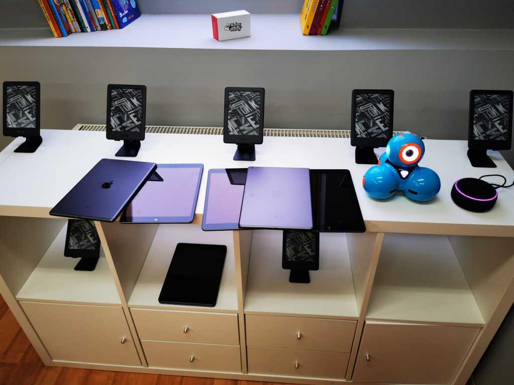 Zdjęcie przedstawia czytniki oraz tablety firmy Amazon