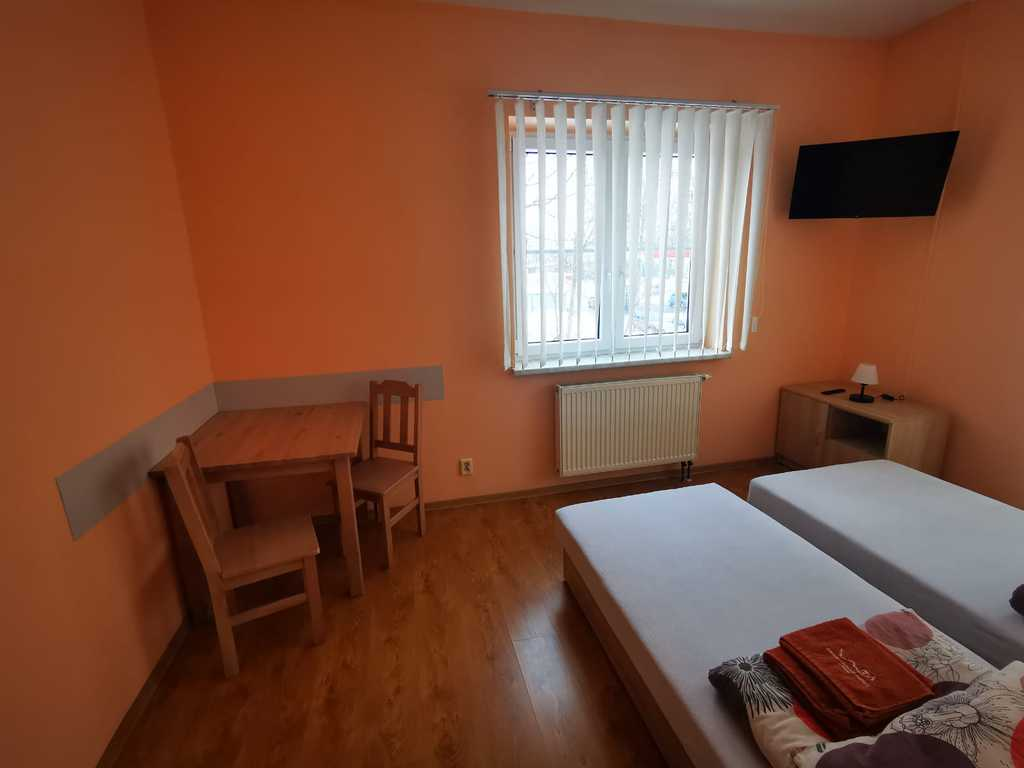 Zdjęcie przedstawia jedne z pokoi hotelowych Gminnego Centrum Kultury w Białej