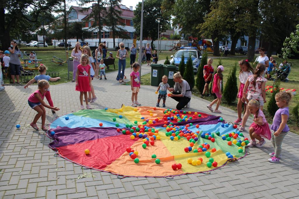 Zdjęcie przedstawia dzieci podczas zabawy