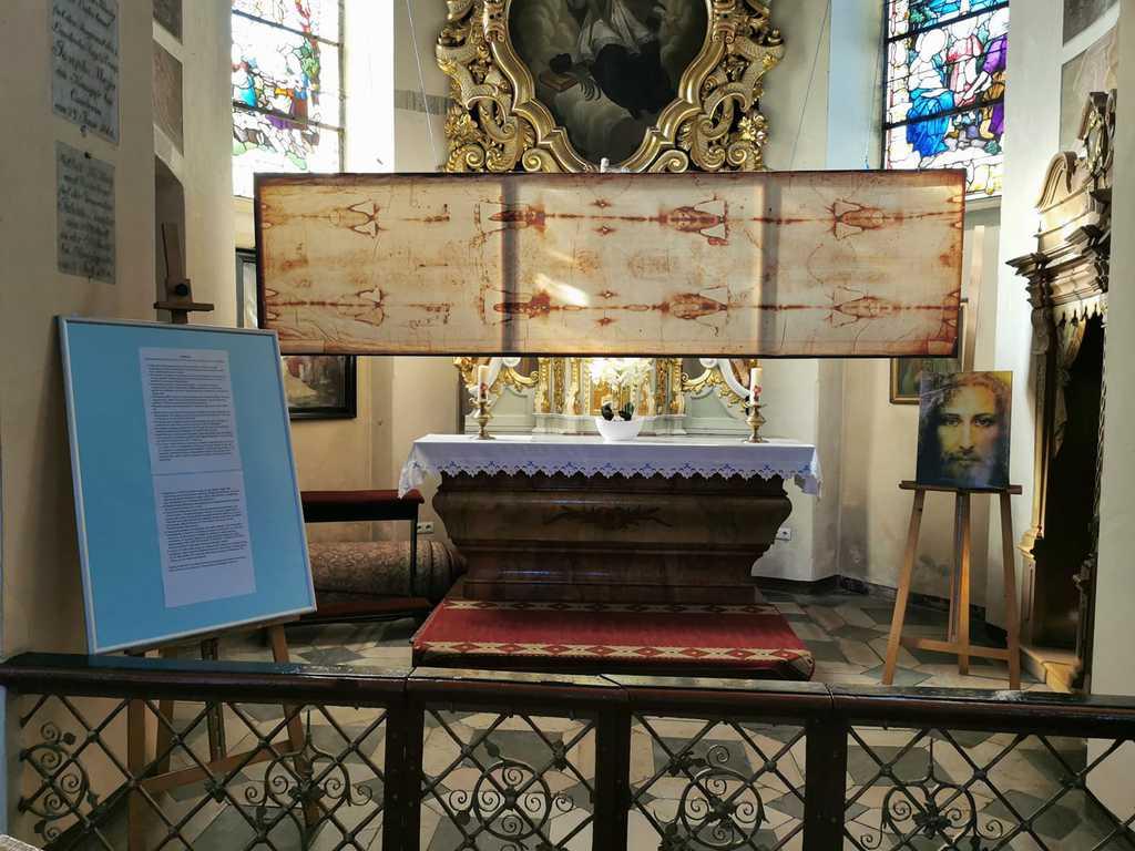 Zdjęcie przedstawia ekspozycję kopii Całunu Turyńskiego i Oblicza Jezusa w kościele parafialnym w Bialej