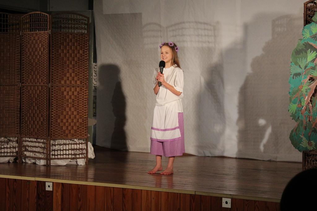Zdjęcie przedstawia scenę rozpoczynającą przedstawienie.