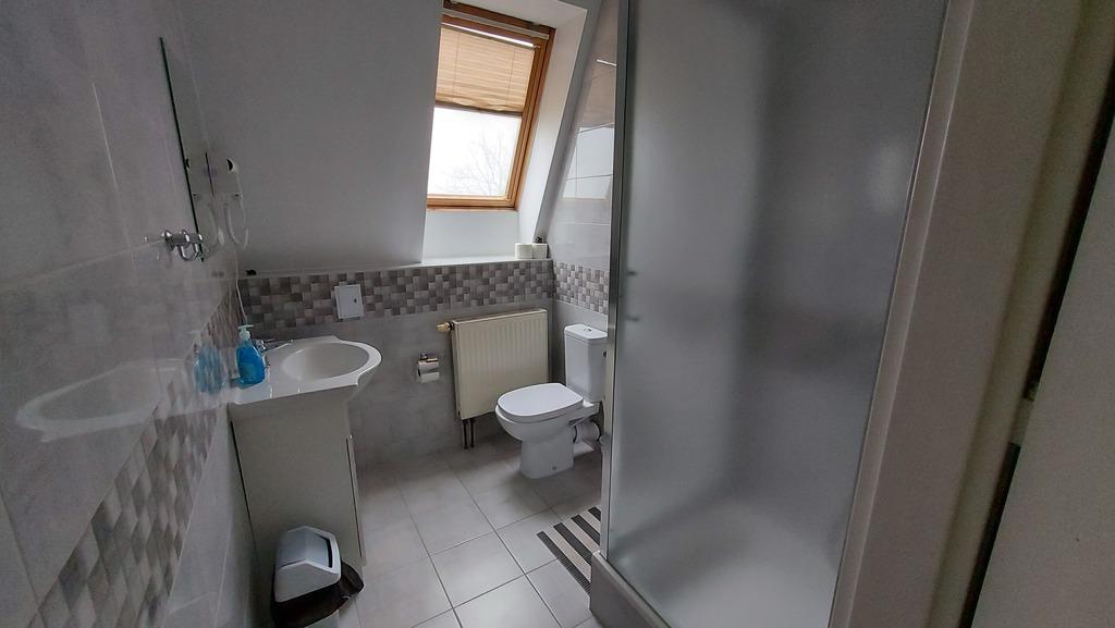 Widok łazienki w pokoju hotelowym.jpeg