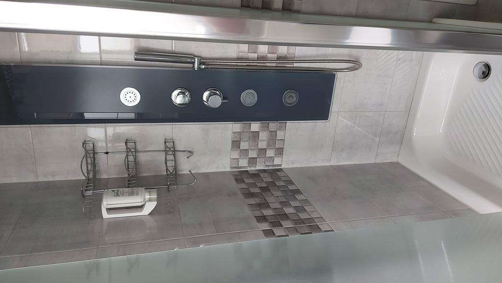 Zdjęcie przedstawia prysznic w pokoju noclegowym w Gminnym Centrum Kultury w Białej