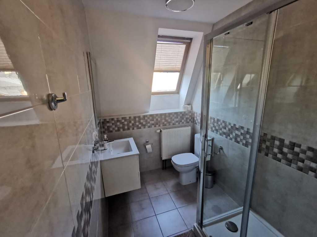 Zdjęcie przedstawia wnętrze łazienki w pokoju noclegowym w Gminnym Centrum Kultury w Białej