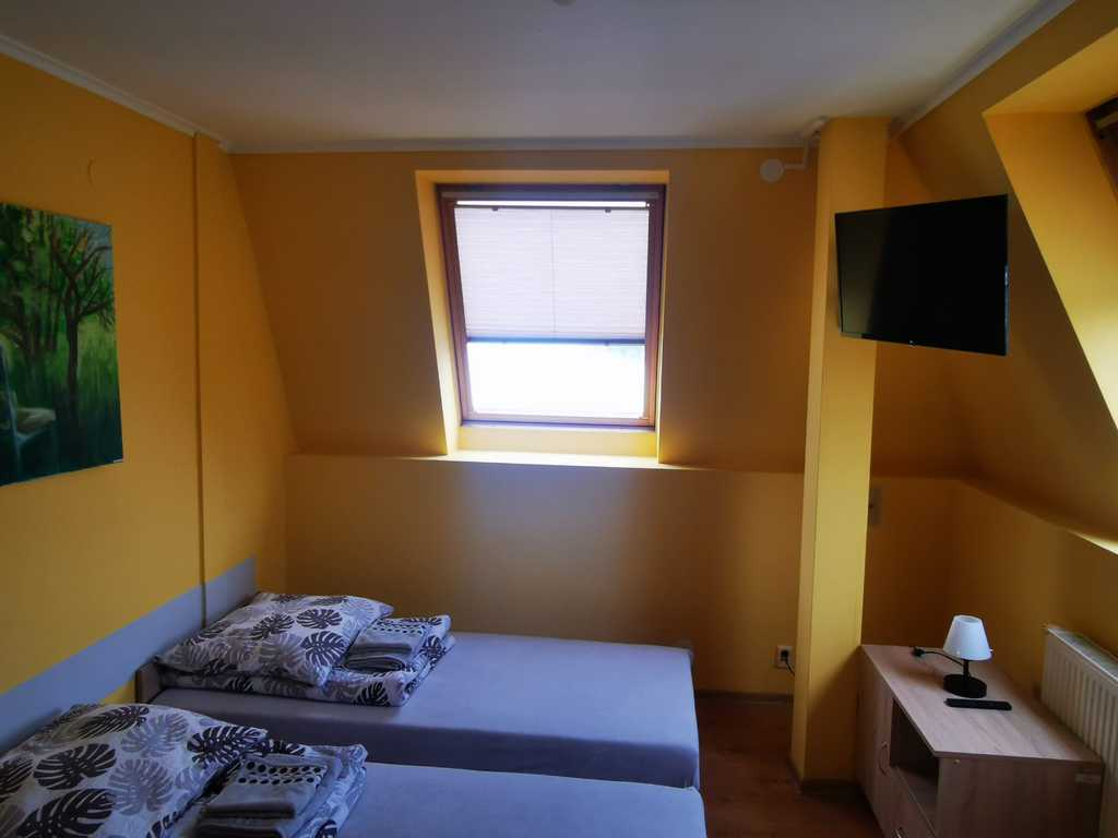 Zdjęcie przedstawia jeden z pokoi w hotelu Gminnego Centrum Kultury w Białej