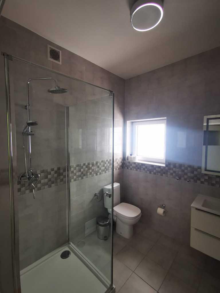 Zdjęcie przedstawia łazienką hotelową w Gminnym Centrum Kultury w Białej