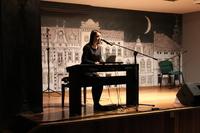 Zdjęcie przedstawia uczestniczkę Zaduszek artystycznych grającą na pianinie