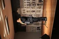 Zdjęcie przedstawia uczestnika Zaduszek artystycznych grającego na fletni pana