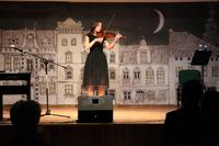 Zdjęcie przedstawia uczestniczkę Zaduszek artystycznych grającą na skrzypcach