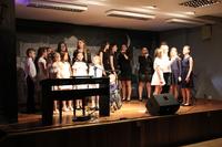 Zdjęcie przedstawia wszystkich uczestników Zaduszek artystycznych na scenie w GCK w Białej