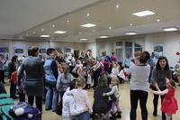 Zdjęcie przedstawia uczestników zabawy mikołajkowej podczas tańca.