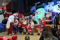 Zdjęcie przedstawia klauna Rupherta i dzieci biorące udział w konkursie