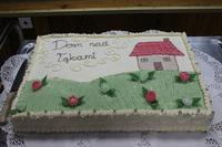 """Zdjęcie przedstawia tort z napisem """"Dom nad łakami"""""""