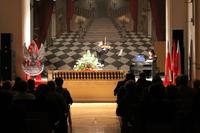 Zdjęcie przedstawia skrzypka i pianistkę na scenie w sali widowiskowej w Urzędzie Miejskim w Białej