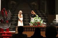 Zdjęcie przedstawia śpiewający kobiecy duet na scenie