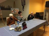 Zdjęcie przedstawia autorów książki oraz prowadzącą spotkanie (w środku)
