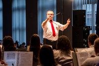 Zdjęcie przedstawia dyrygenta Bialskiej Orkiestry Dętej