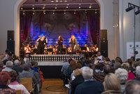 Zdjęcie przedstawia publikę, Bialską Orkiestrę Dętą i zespół The Chance