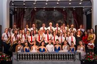 Zdjęcie przedstawia Bialską Orkiestrę Dętą oraz członków zespołu STARS