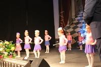 Zdjęcie przedstawia mażoretki występujące na scenie