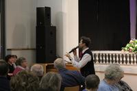 Zdjęcie przedstawia Piotra Szefera wśród publiczności