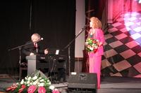 Na zdjęciu Alicja Majewska i Włodzimierz Korcz na scenie