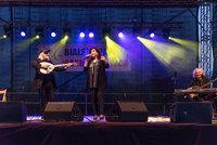 Na zdjęciu gwiazda wieczoru - ELENI z zespołem na scenie plenerowej