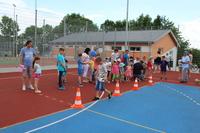 Zdjęcie przedstawia dzieci podczas konkurencji sportowych