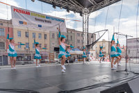 Zdjęcie przedstawia bialską formację mażoretek na scenie podczas wykonywania układu tanecznego.