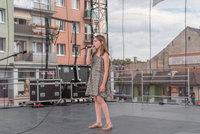Zdjęcie przedstawia wokalistkę Studia Piosenki na scenie.
