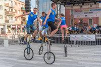 Zdjęcie przedstawia grupę monocyklistów podczas występu