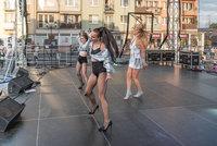 Dni Białej - JESIKA oraz tancerki na scenie