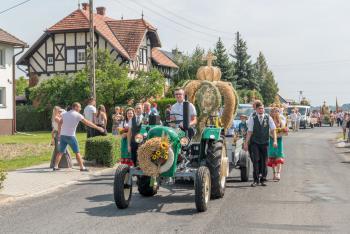 Korowód dożynkowy - przystrojony traktor