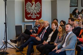 Publika zebrana podczas występu w sali widowiskowej w Urzędzie Miejskim w Białej
