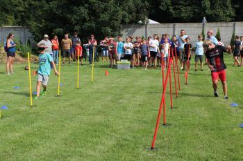 Zdjęcie przedstawia uczestników podczas konkurencji w alkogoglach