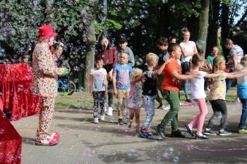Na zdjęciu znajdują się uczestnicy zabawy z klaunami Ruphertem i Rico
