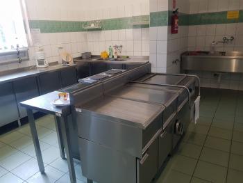 Zdjęcie przedstawia dużą kuchnię przy sali bankietowej