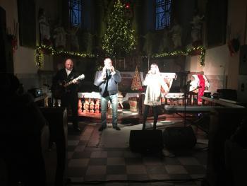 Zdjęcie przedstawia artystów występujących podczas koncertu w kościele parafialnym w Białej