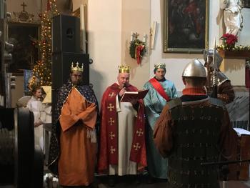 Zdjęcie przedstawia trzech aktorów z przedstawienia Orszak Trzech Króli