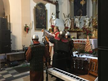 Zdjęcie przedstawia scenę z przedstawienia Orszak Trzech Króli