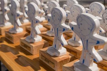 Zdjęcie przedstawia statuetki dla uczestników przeglądu artystycznego w Białej