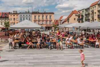 Zdjęcie przedstawia publiczność na płycie rynku w Białej