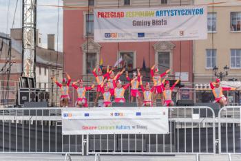 Zdjęcie przedstawia grupę mażoretkową na scenie w Białej
