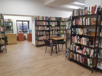 Zdjęcie przedstawia wnętrze biblioteki w którym znajduje się księgozbiór