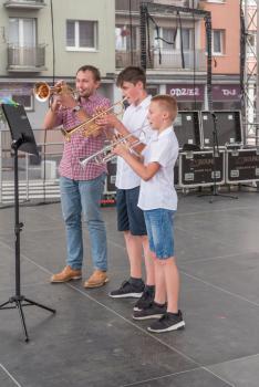 Uczniowie z grupy instrumentów dętych wraz z instruktorem.jpeg