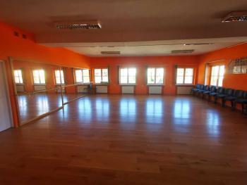 Zdjęcie przedstawia salę taneczną w Gminnym Centrum Kultury w Białej