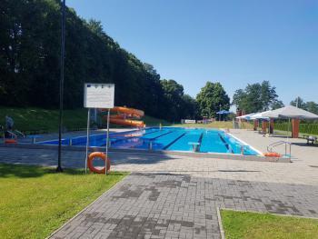 Zdjęcie przedstawia widok na cały basen w Białej