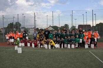 Na zdjęciu drużyny piłkarskie po zakończeniu turnieju